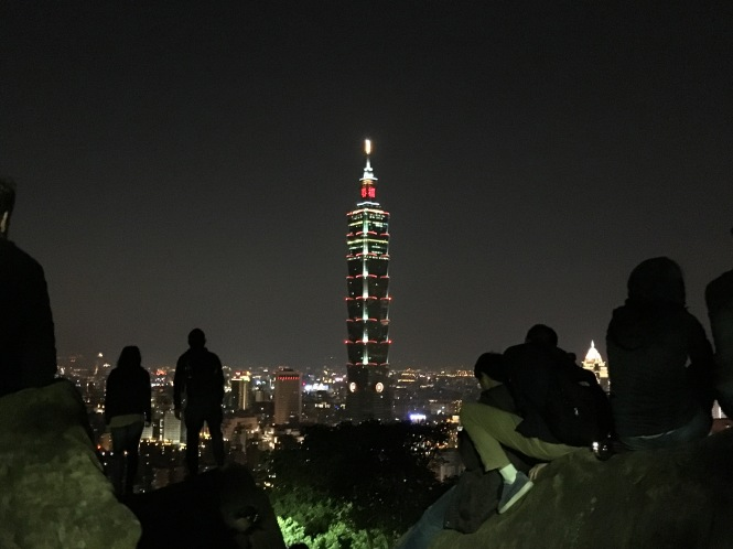 Taipei 101 Elephant Mountain crowds
